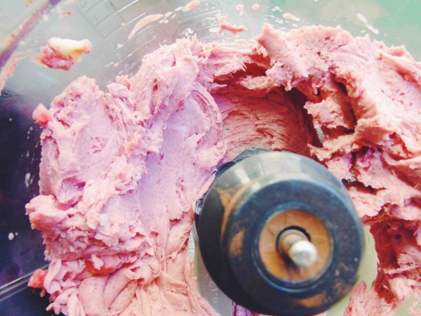 to make the ice cream layer you will need 3 frozen bananas, strawberries and beet powder, and add them to a food processor or high speed blender. Now pulse them until they get the consistency of a soft serve ice cream